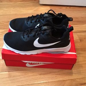 Nike mens Air Max Motion LW Running Shoe New!